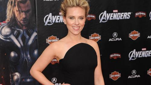 One Shot: Scarlett Johanssen in Versace at